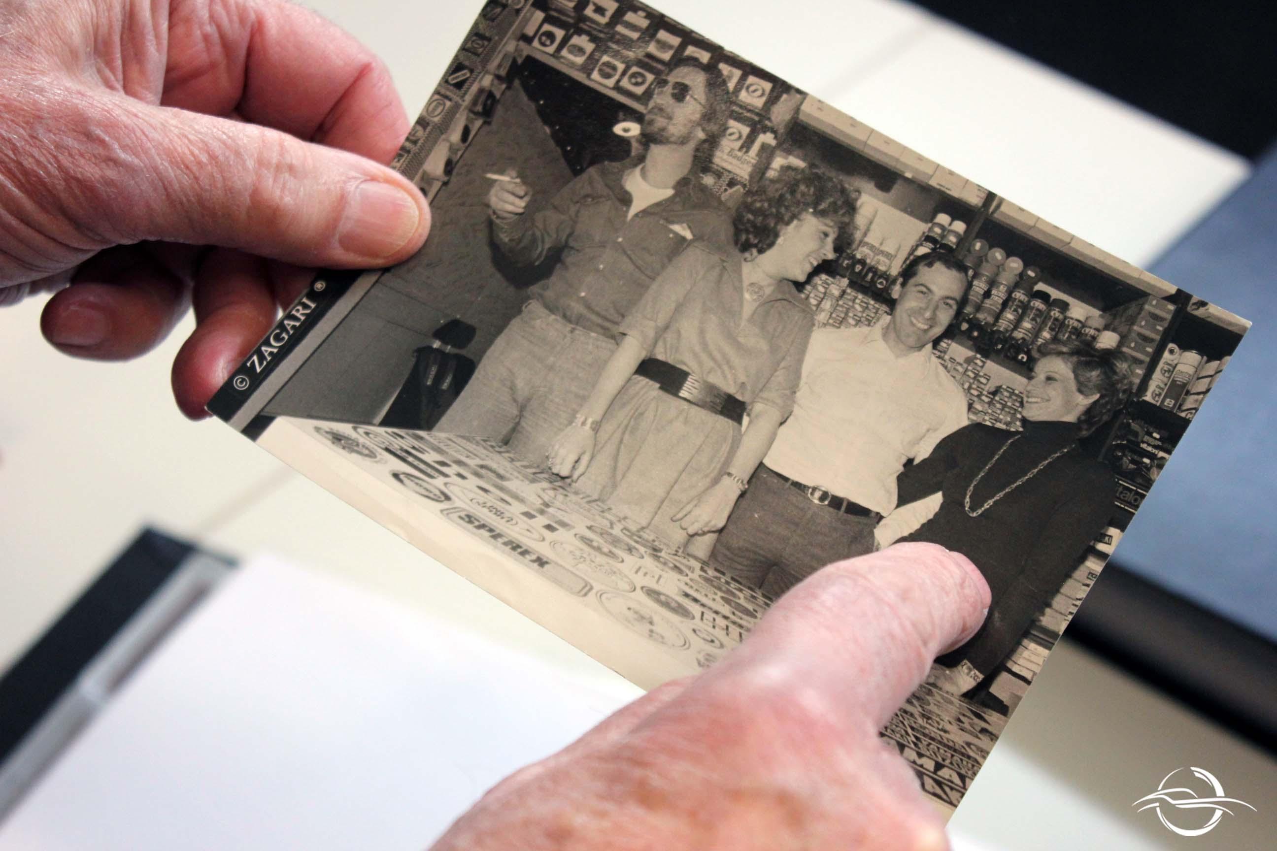 foto di gruppo con dito che infica la moglie di Mario Acquati