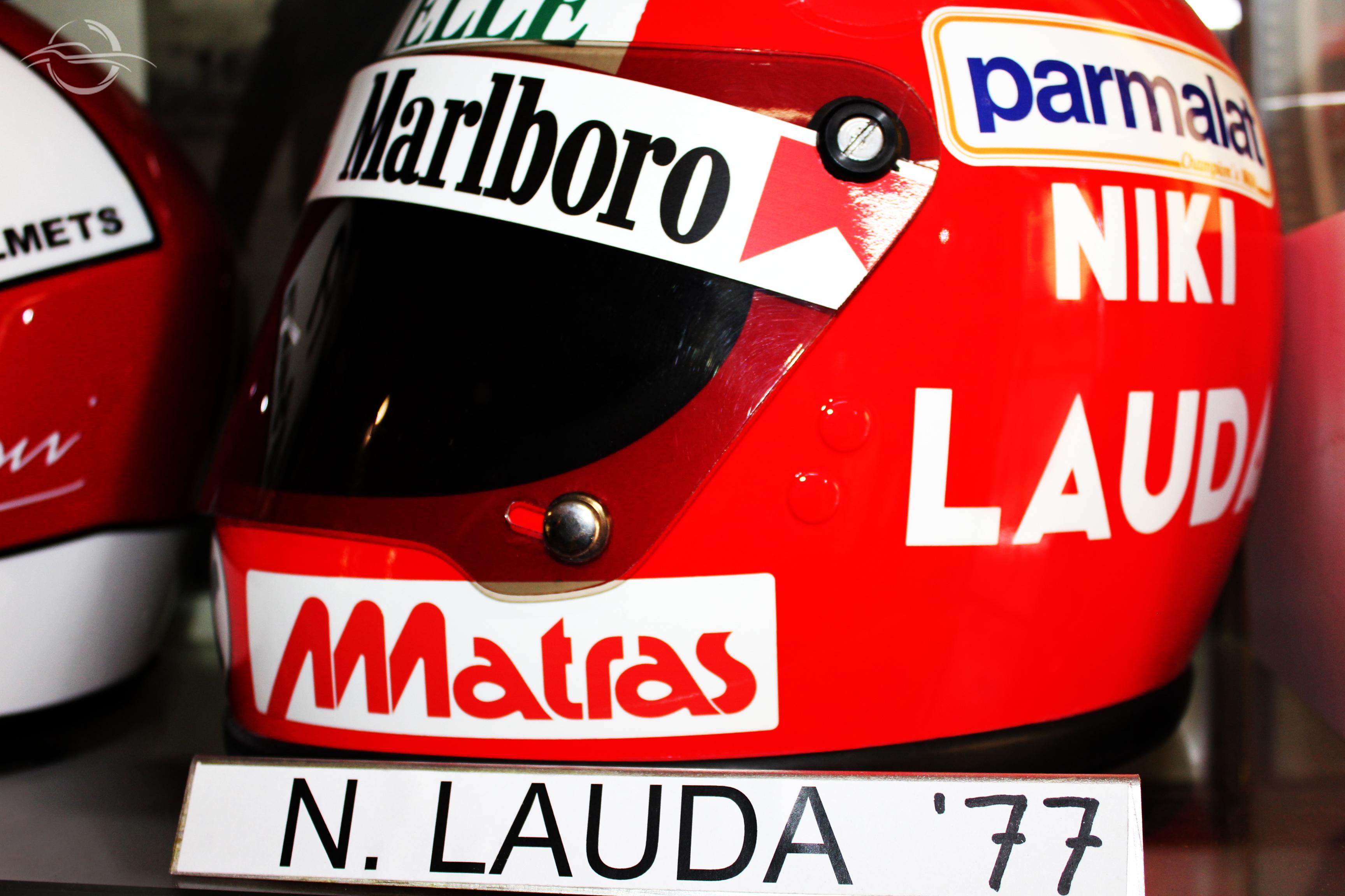 riproduzione casco Lauda autografato dalla collezione Morselli
