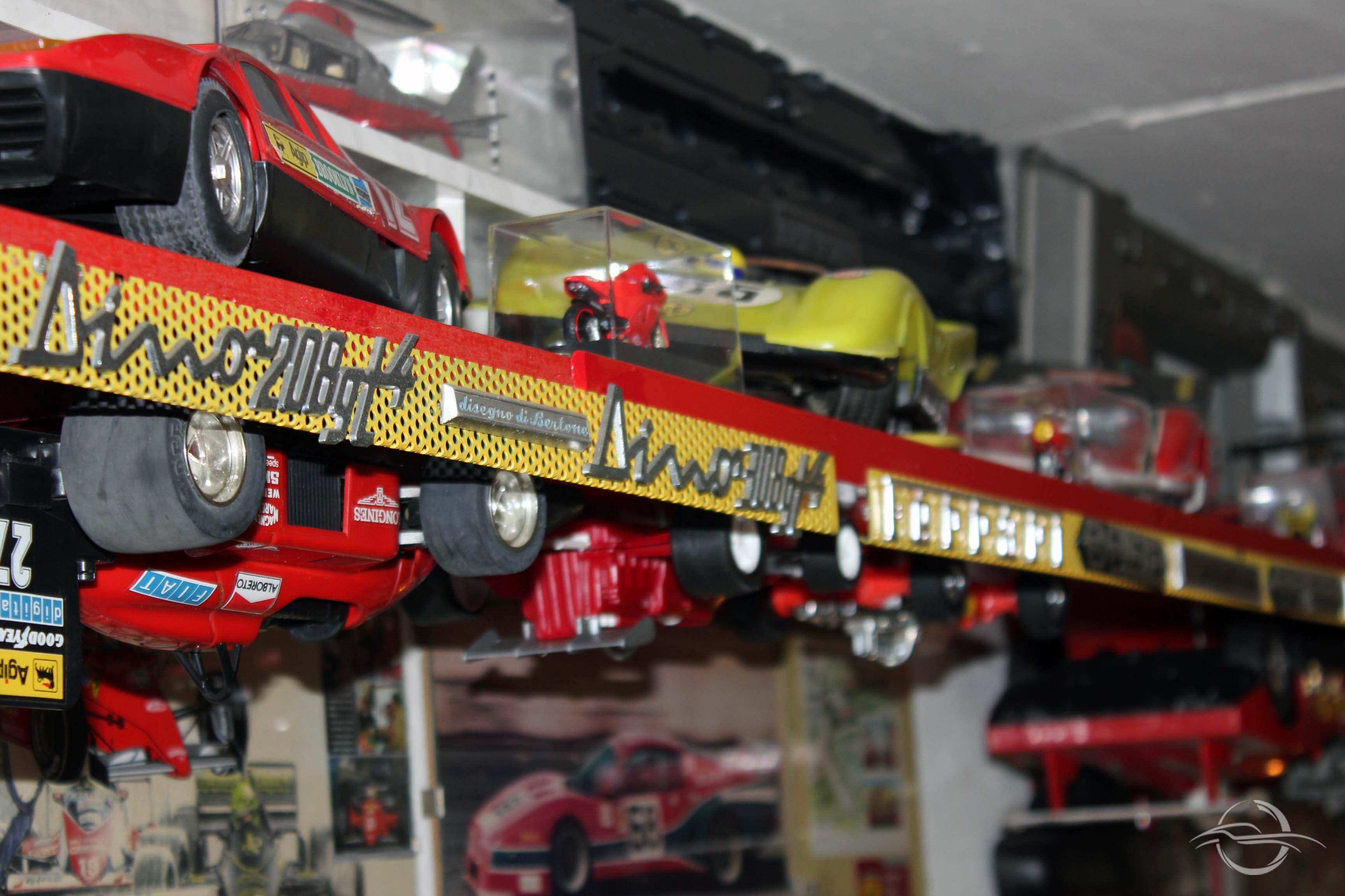 Modellini auto a testa in giù della collezione di Morselli