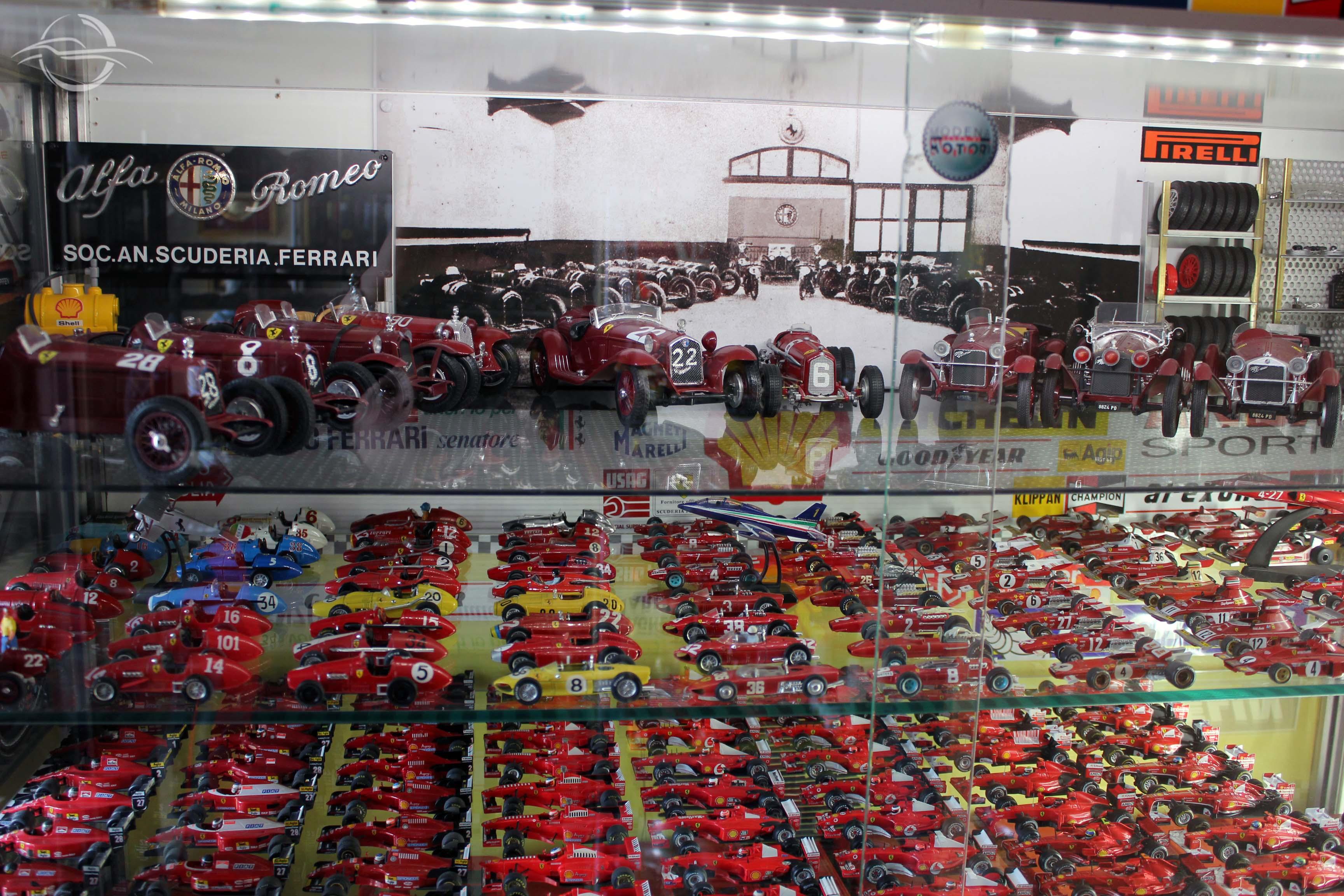 vetrinetta con riproduzione officina Alfa Romeo collezione Morselli