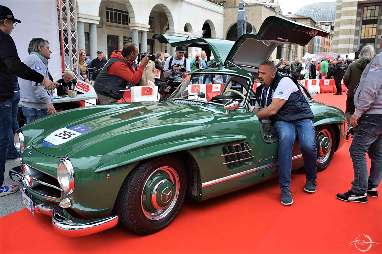 Mercedes-Benz 300 SL alla punzonatura di Piazza Vittoria